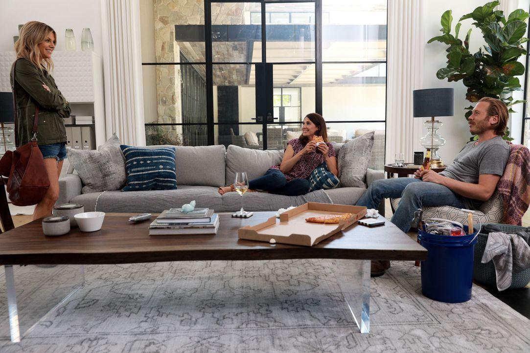 Mickey (Kaitlin Olson, l.) trifft die verzweifelte Trish (Michaela Watkins, M.) im Fitnessstudio und stellt ihr Jimmy (Scott MacArthur, r.) vor, dam... - Bildquelle: 2017-2018 Fox and its related entities.  All rights reserved.