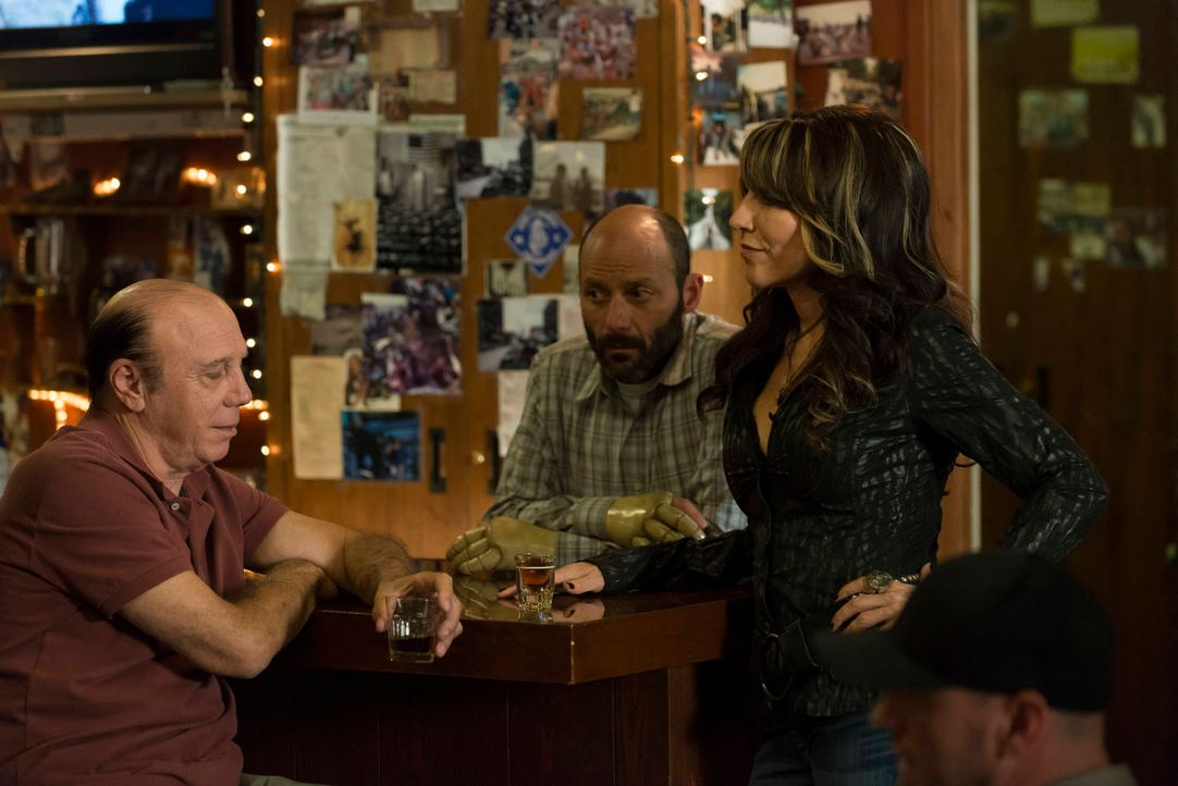 Unser (Dayton Callie, l.), Chuck (Michael Ornstein, M.) und Gemma (Katey Sagal, r.) gehen ganz unterschiedlich mit den Veränderungen im Club um ... - Bildquelle: 2012 Twentieth Century Fox Film Corporation and Bluebush Productions, LLC. All rights reserved.