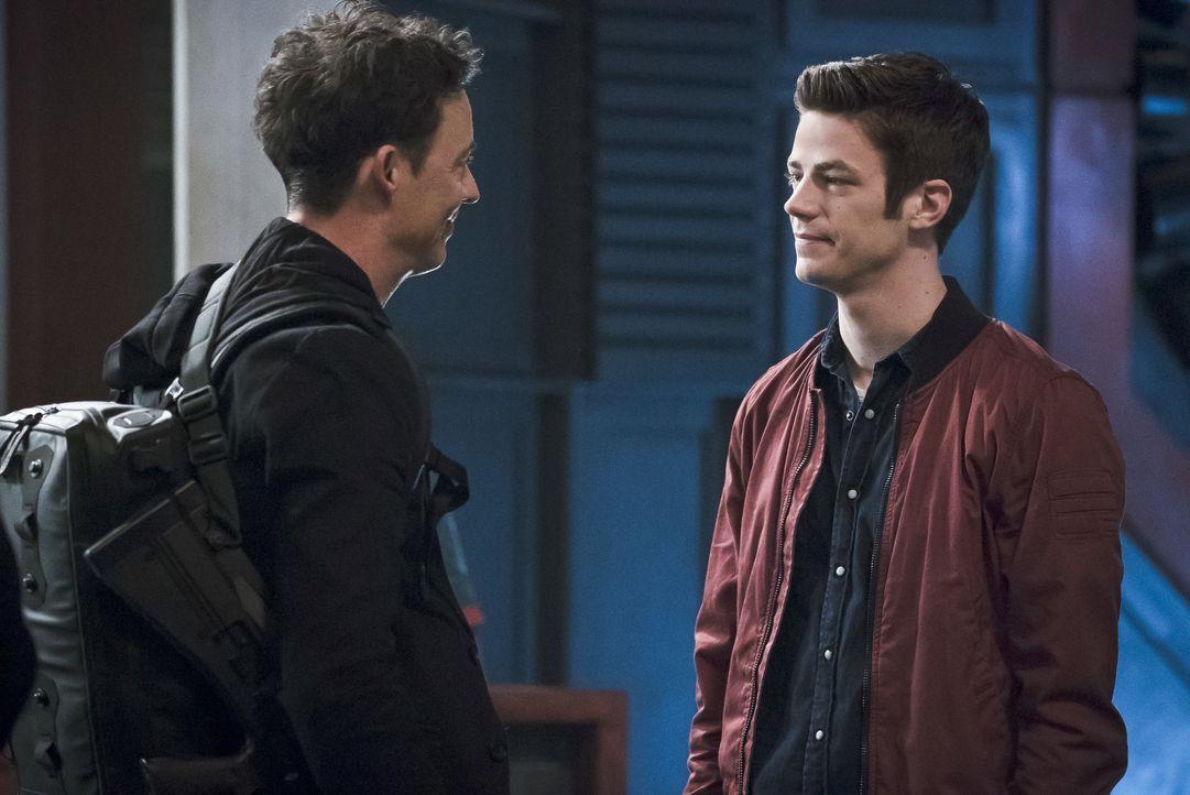 Ein schwerer Abschied wartet auf Dr. Wells (Tom Cavanagh, l.) und Barry (Grant Gustin, r.) ... - Bildquelle: Warner Bros. Entertainment, Inc.