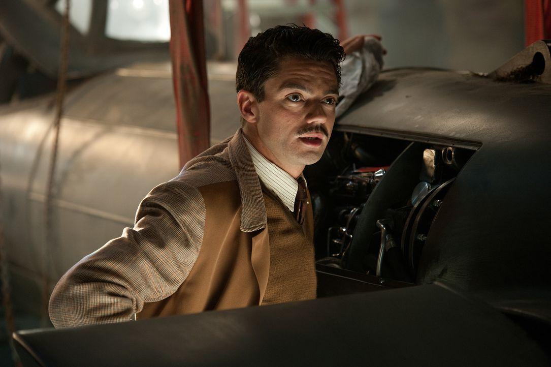Der brillante Erfinder Howard Stark (Dominic Cooper) entwickelt für Captain America ein Schild, der hundert Mal härter als Stahl ist, aber nur ein... - Bildquelle: TM &   2011 Marvel Entertainment, LLC & subs. All Rights Reserved.