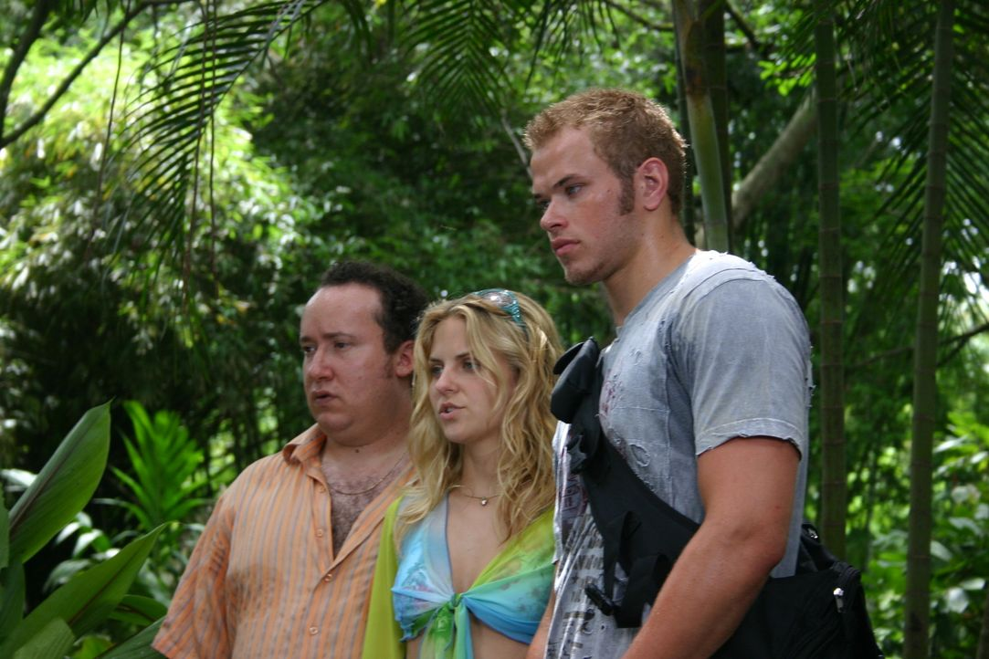 Noch ahnen Jake (Kellan Lutz, r.), Lauren (Nikki Griffin, M.) und Ira (Marc Bacher, l.) nicht, dass auf der Insel eine längst vergessene Spezies leb... - Bildquelle: Voltage Pictures