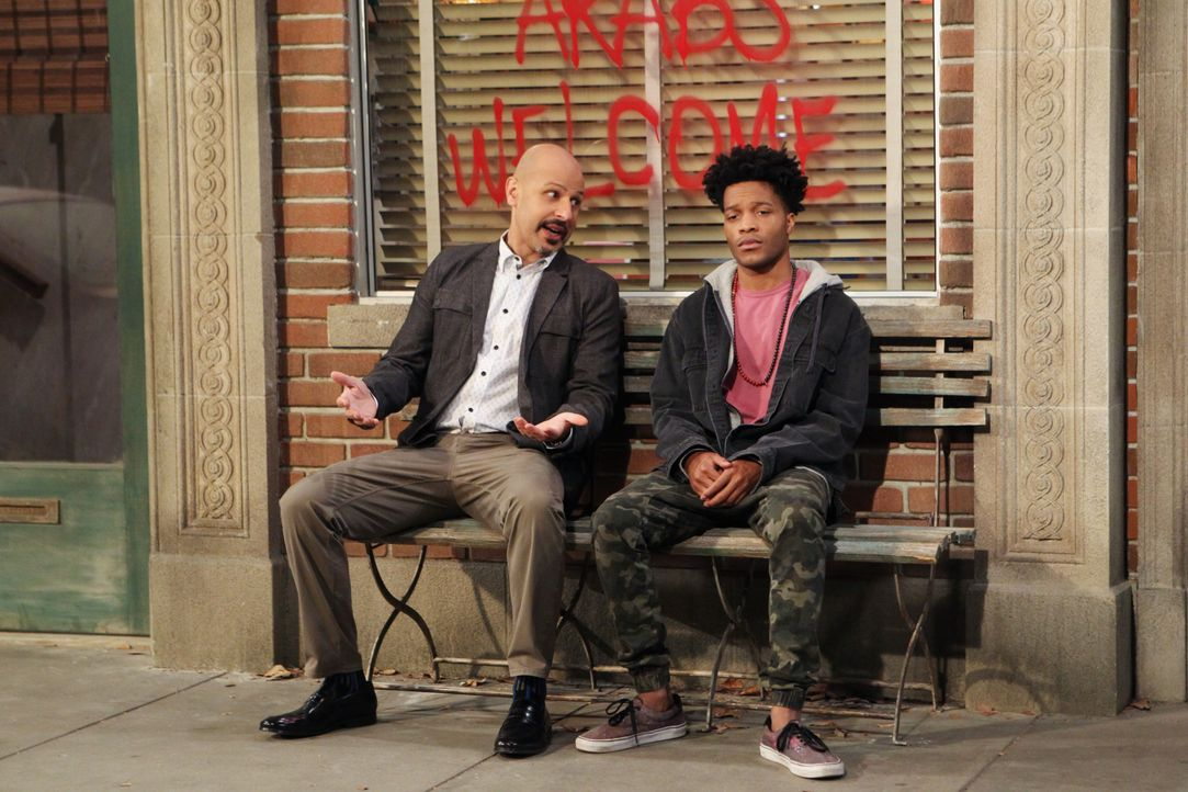 Franco (Jermaine Fowler, r.) stellt Fawz (Maz Jobrani, l.) zur Rede, als er erfährt, dass Fawz' Unternehmen das Haus gekauft hat, in dem er wohnt un... - Bildquelle: Sonja Flemming 2016 CBS Broadcasting, Inc. All Rights Reserved. / Sonja Flemming