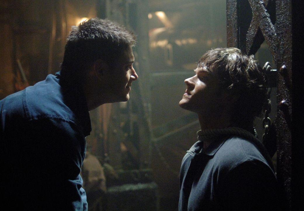 Sam (Jared Padalecki, r.) und Dean (Jensen Ackles, l.) versuchen einen Formwandler zu stoppen, doch als dieser das Aussehen von Dean annimmt, kommt... - Bildquelle: Warner Bros. Television