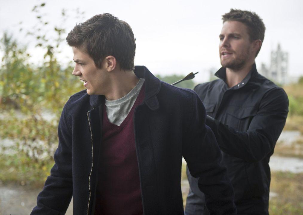 Ihre Zusammenarbeit verläuft etwas anders als geplant: Oliver alias Arrow (Stephen Amell, r.) und Barry alias The Flash (Grant Gustin, l.) ... - Bildquelle: Warner Brothers.
