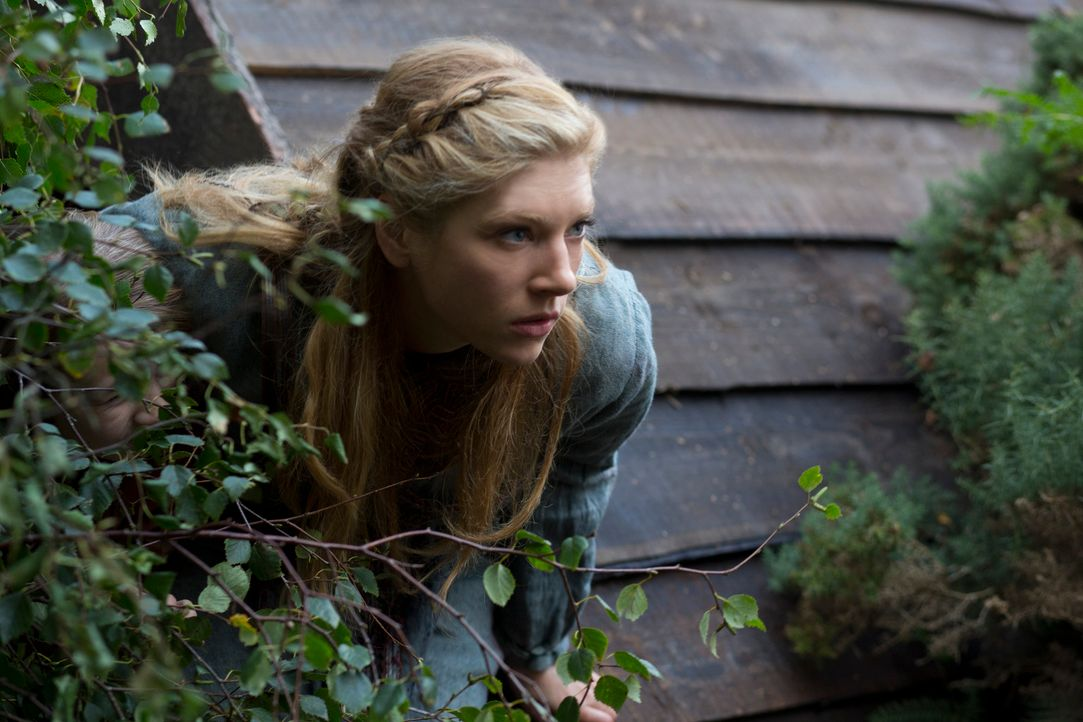 Während der Küchenarbeit bricht der Tod über Lagertha (Katheryn Winnick), ihre Familie, Freunde und Angestellte hinein. Doch in letzter Minute gelin... - Bildquelle: 2013 TM TELEVISION PRODUCTIONS LIMITED/T5 VIKINGS PRODUCTIONS INC. ALL RIGHTS RESERVED.