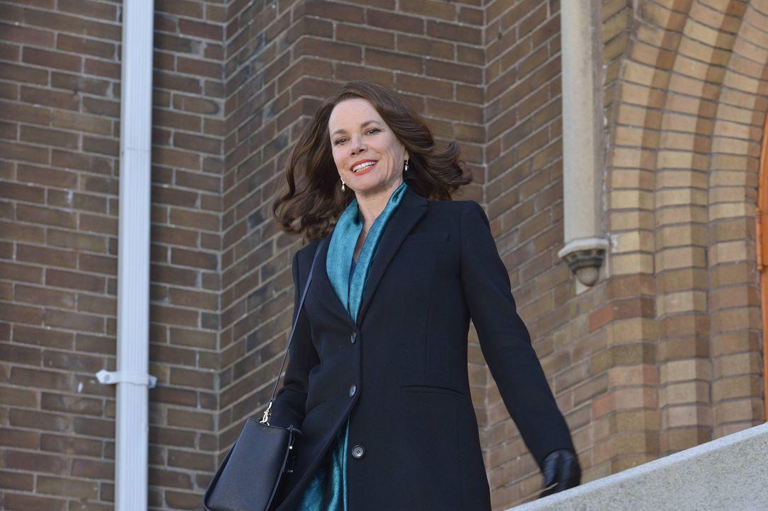 Die mysteriöse Ann Rutledge (Barbara Hershey) mischt sich immer mehr in Damiens Leben ein. Wird er herausfinden, wer die Frau wirklich ist? - Bildquelle: Ben Mark Holzberg 2016 A&E Television Network, LLC. All rights reserved.