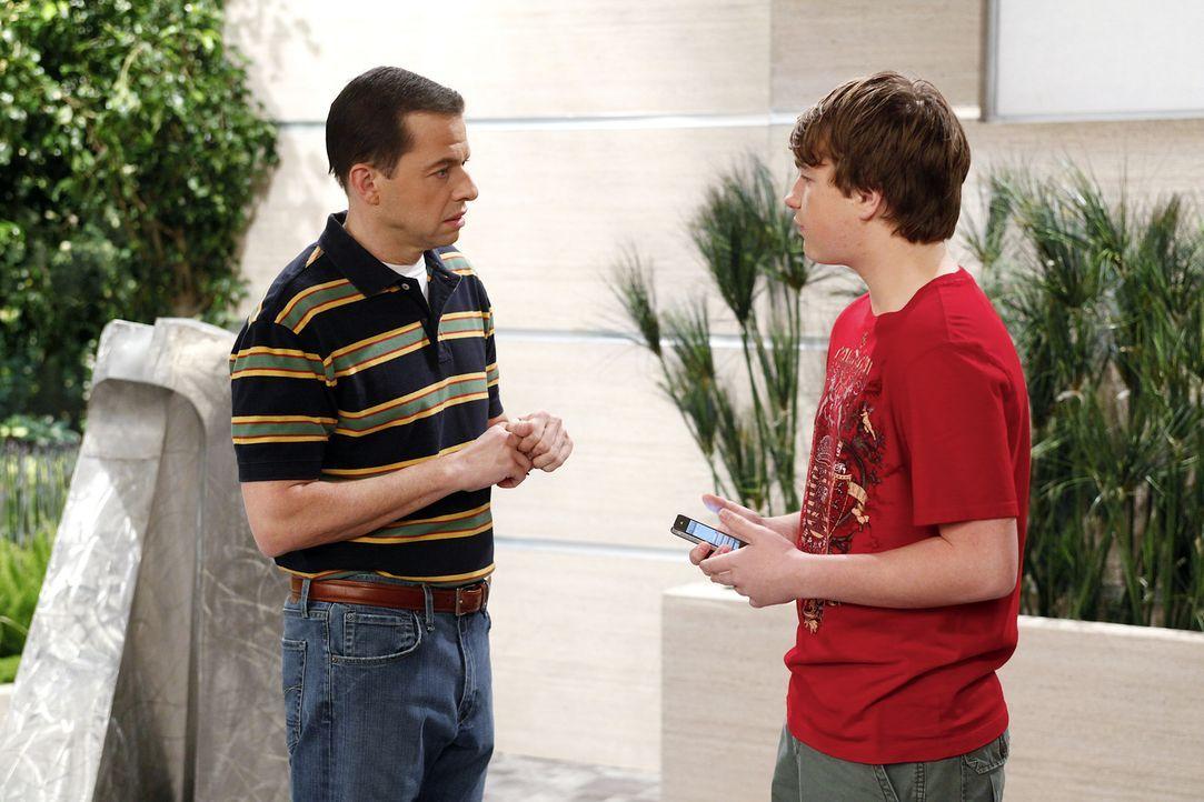 Haben einen Plan, um Charlie eins auszuwischen: Jake (Angus T. Jones, r.) und Alan (Jon Cryer, l.) ... - Bildquelle: Warner Bros. Television
