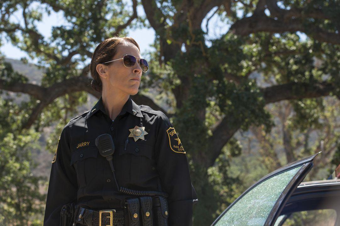 Zur falschen Zeit am falschen Ort: Sheriff Althea Jarry (Annabeth Gish) kann nicht fassen, was sie am Tatort erwartet ... - Bildquelle: Prashant Gupta 2013 Twentieth Century Fox Film Corporation and Bluebush Productions, LLC. All rights reserved.