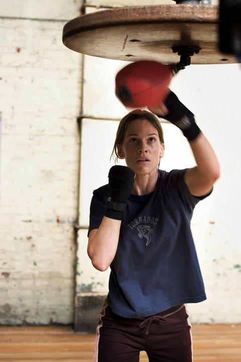 Tag und Nacht trainiert Maggie (Hilary Swank) mit eisernem Willen an den Sandsäcken, denn sie hat nur einen Traum: Sie will boxen und sie will Erfol... - Bildquelle: Epsilon Motion Pictures