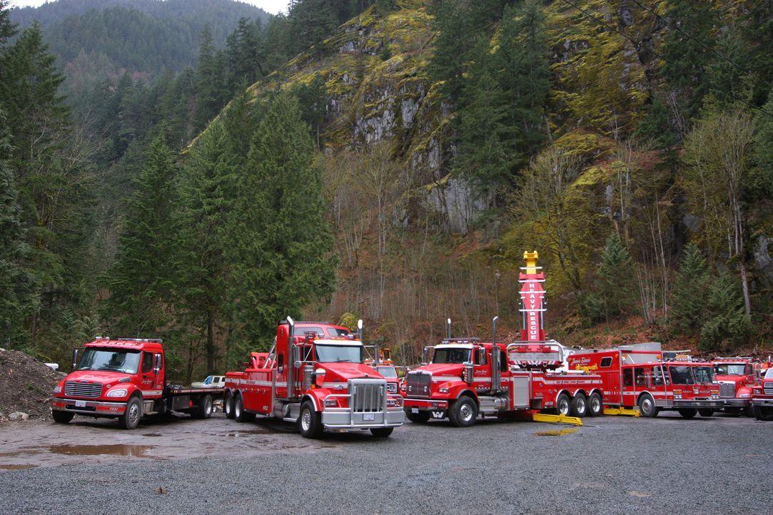 Wenn die Trucker auf dem Coquihalla Highway in Kanada die Kontrolle verlieren, sind Jamie Davis und seine Teamkollegen mit schwerem Fuhrwerk sofort... - Bildquelle: Beyond Distribution