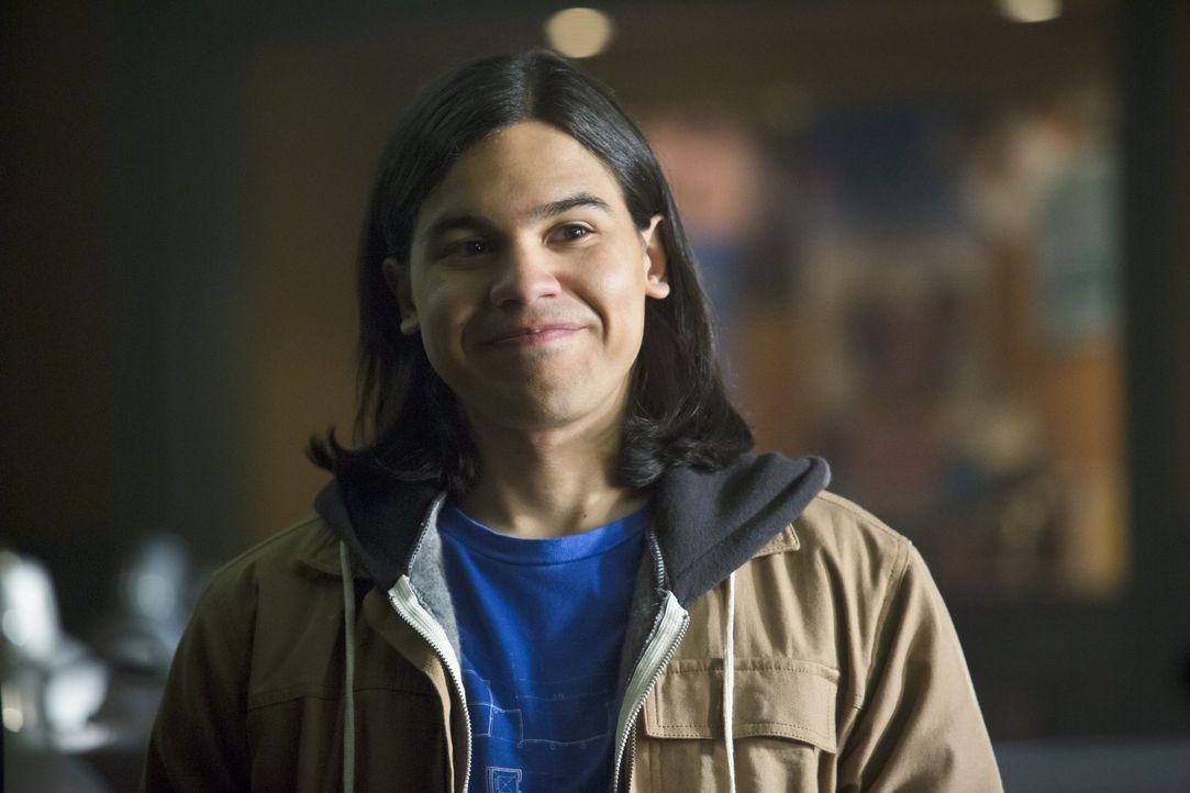 Während Cisco (Carlos Valdes) einige Nachforschungen anstellt, vertraut er darauf, dass Caitlin ihn bei Dr. Wells deckt. Wird sie das wirklich? - Bildquelle: Warner Brothers.