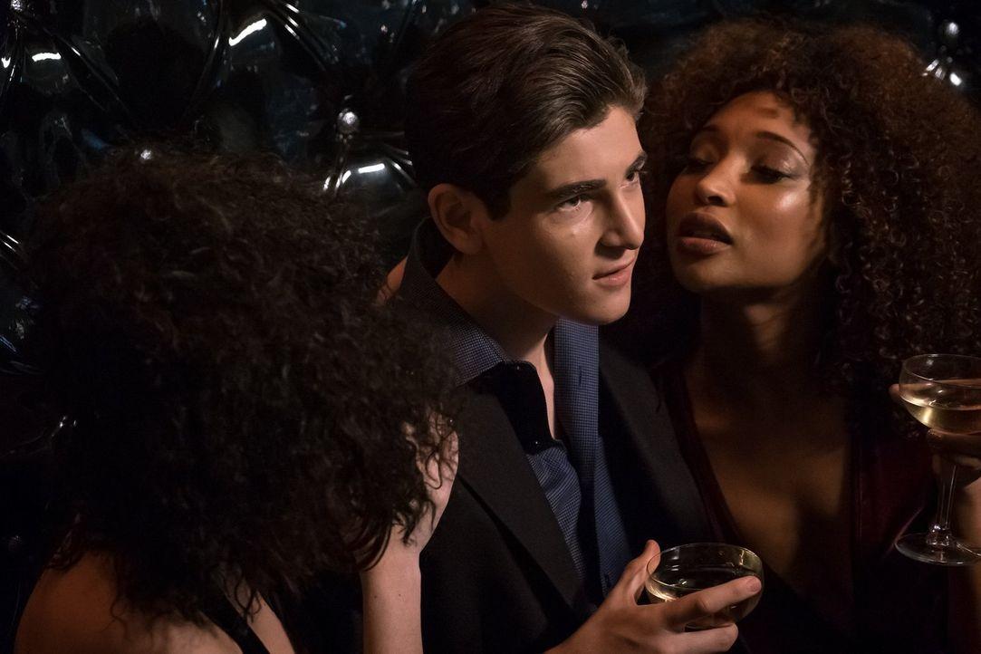 Nachdem Bruce (David Mazouz, l.) ihn gefeuert hat, wird Alfreds Leben immer komplizierter, während der Milliardär sein Party-Leben ausreizt ... - Bildquelle: 2017 Warner Bros.