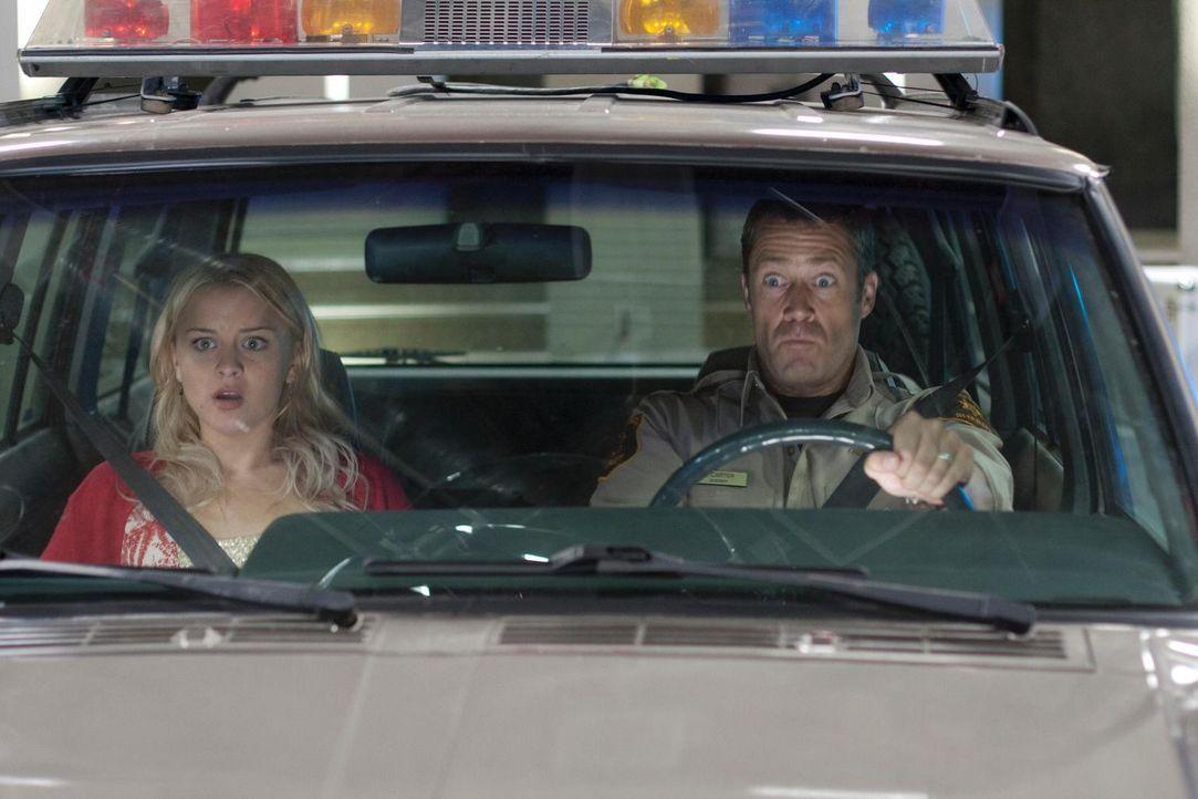 Mit dem Jeep fahren Zoe (Jordan Hinson, l.) und Jack (Colin Ferguson, r.) durch ein Wurmloch und landen direkt in der Empfangshalle von G.D. ... - Bildquelle: Universal Television