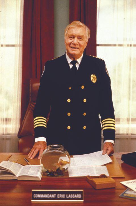 Commandant. Eric Lassard (George Gaynes) bringt wie gewöhnlich alles durcheinander, um dann doch erfolgreich zu sein ... - Bildquelle: Warner Bros.