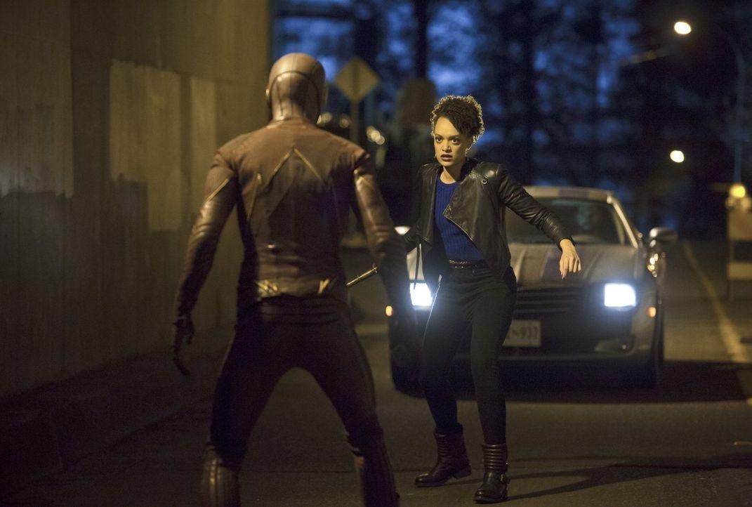 Die Teleporterin Shawna alias Peek-a-Boo (Britne Oldford, r.) macht es Barry alias The Flash (Grant Gustin, l.) nicht einfach, sie zu fassen ... - Bildquelle: Warner Brothers.