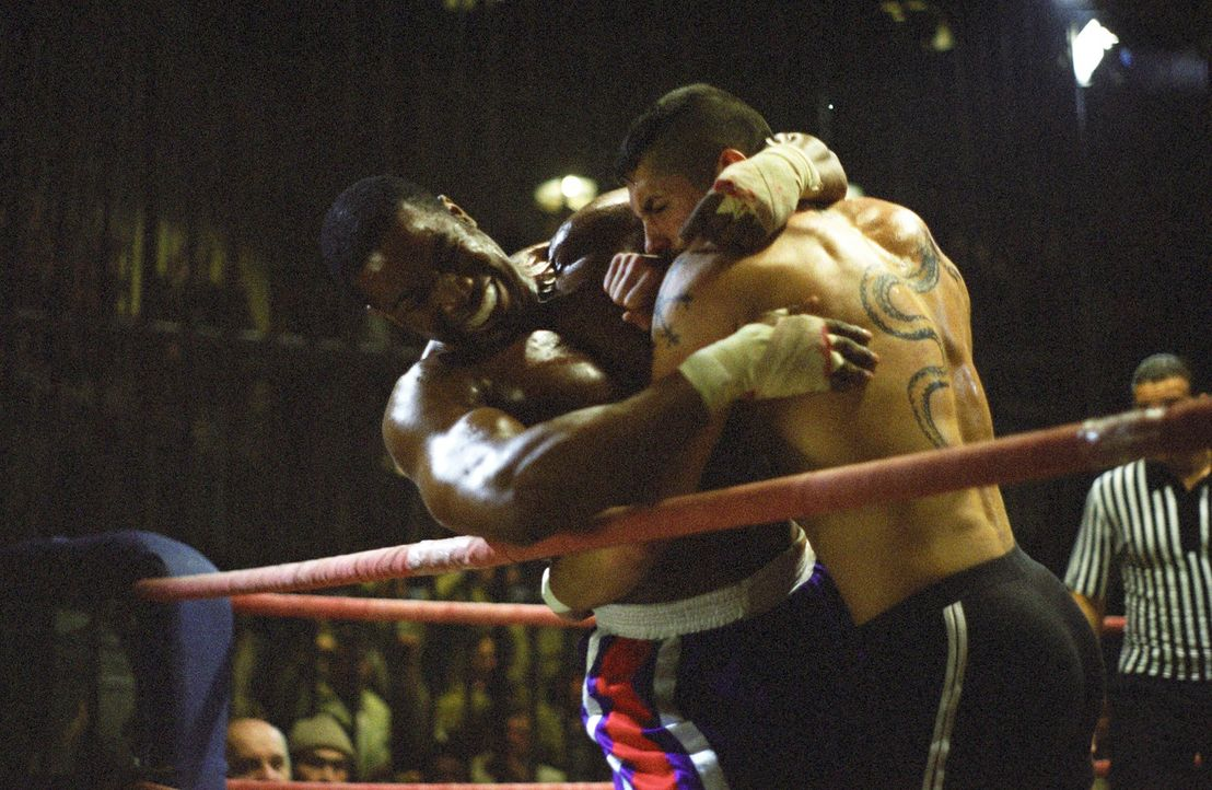George Chambers (Michael Jai White, l.) wird im Gefängnis gezwungen an Knastboxkämpfen teilzunehmen. Nachdem er ungerechtfertigt einen Kampf verlier... - Bildquelle: Nu Image Films