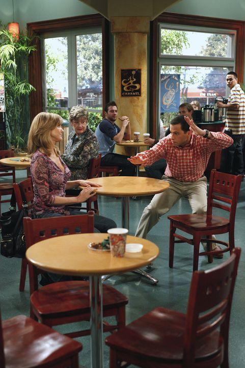 Lyndsey Makelroy (Courtney Thorne-Smith, l.); Alan Harper (Jon Cryer, r.) - Bildquelle: Warner Brothers Entertainment Inc.Warner Brothers International Television Distribution Inc.