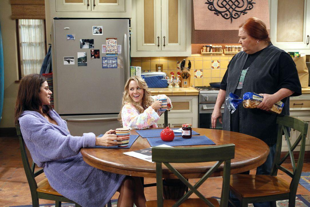 Alan spielt sich vor Chelsea (Jennifer Taylor, l.) und Melissa (Kelly Stables, M.) als Herr im Haus auf, woraufhin die beiden ihn kurzerhand rauswer... - Bildquelle: Warner Bros. Television