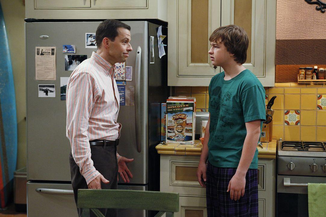 Alan (Jon Cryer, l.) und Charlie beobachten zwei Mädchen, die sich morgens aus Jakes (Angus T. Jones, r.) Zimmer schleichen. Sein Vater stellt ihn z... - Bildquelle: Warner Bros. Television