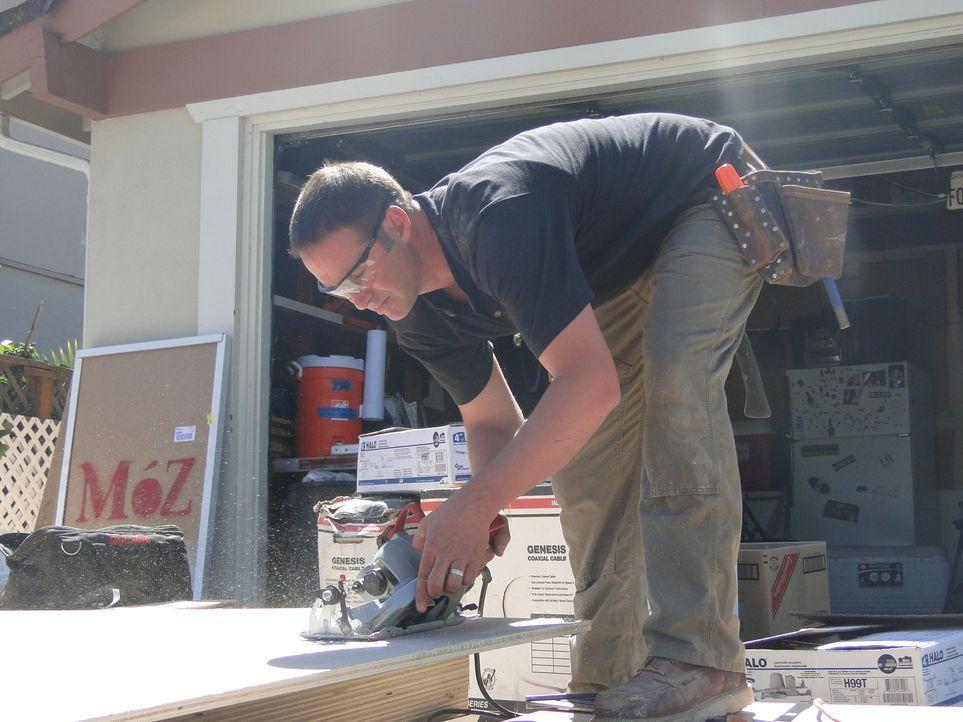 Josh hat eine neue Aufgabe: Er soll einen sonnigen Raum, der durch imitiertes Holz, einen dreckigen Teppich und einen veralteten Kamin verunstaltet... - Bildquelle: 2009, DIY Network/Scripps Networks, LLC