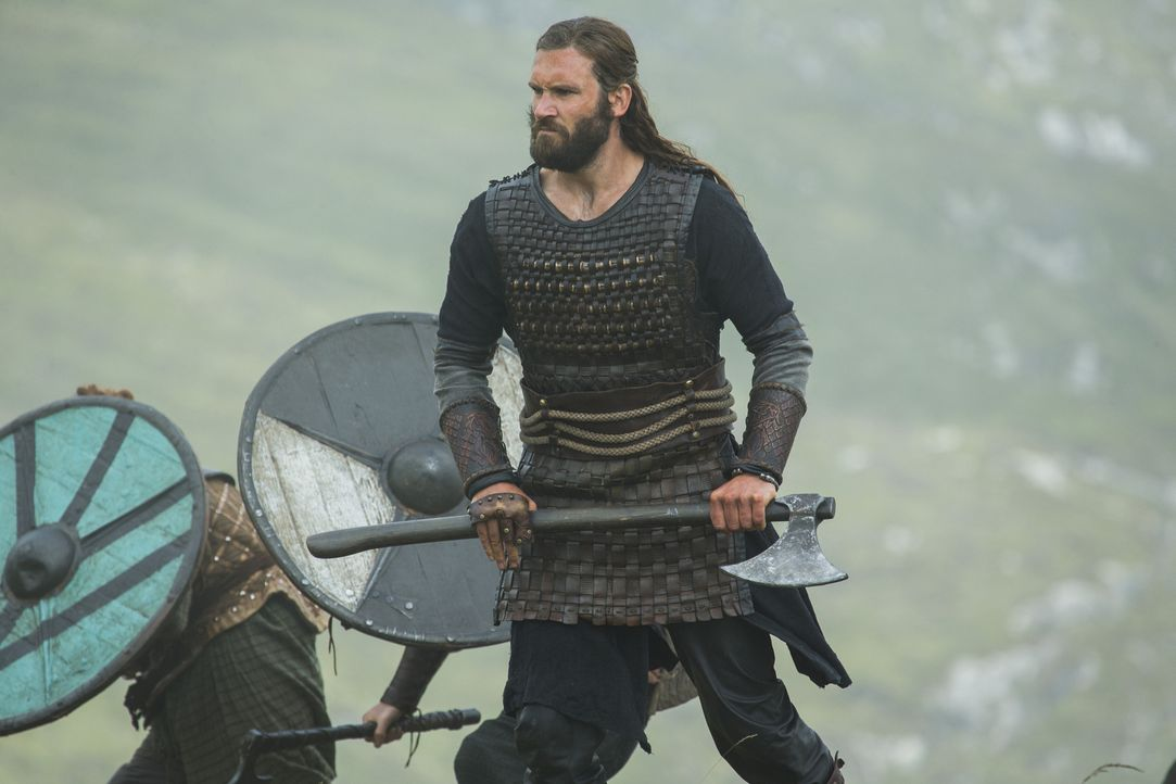 Während König Ecbert weiter versucht, die schöne Lagertha zu umgarnen, ziehen Ragnar, Rolle (Clive Standen) und die andern in die Schlacht gegen Kwe... - Bildquelle: 2015 TM PRODUCTIONS LIMITED / T5 VIKINGS III PRODUCTIONS INC. ALL RIGHTS RESERVED.