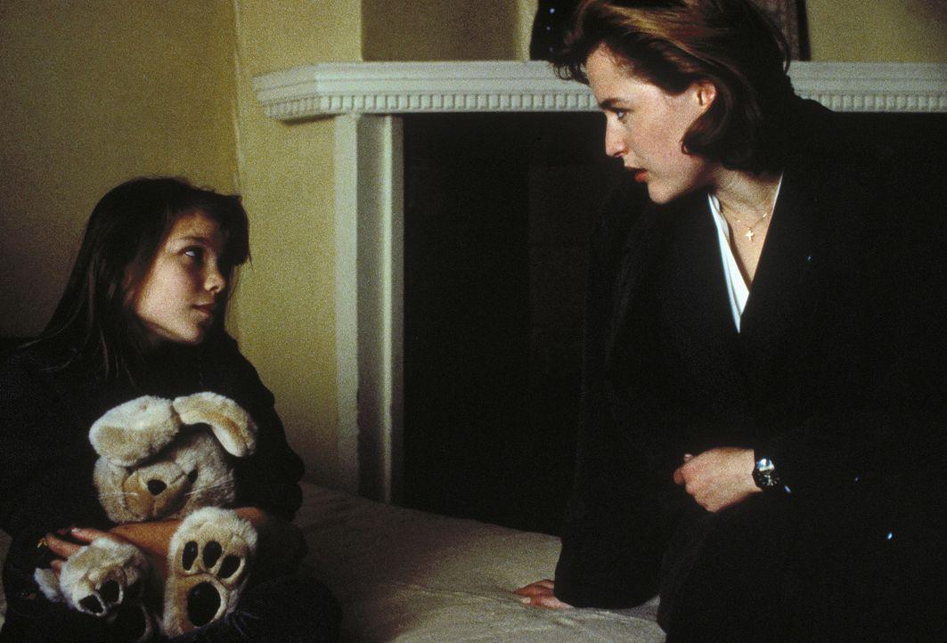 Scully (Gillian Anderson, r.) findet heraus, dass Teena (Sabrina Kreivins, l.) ein Retortenbaby war. Noch während sie sich in Kalifornien aufhält,... - Bildquelle: TM +   Twentieth Century Fox Film Corporation. All Rights Reserved.
