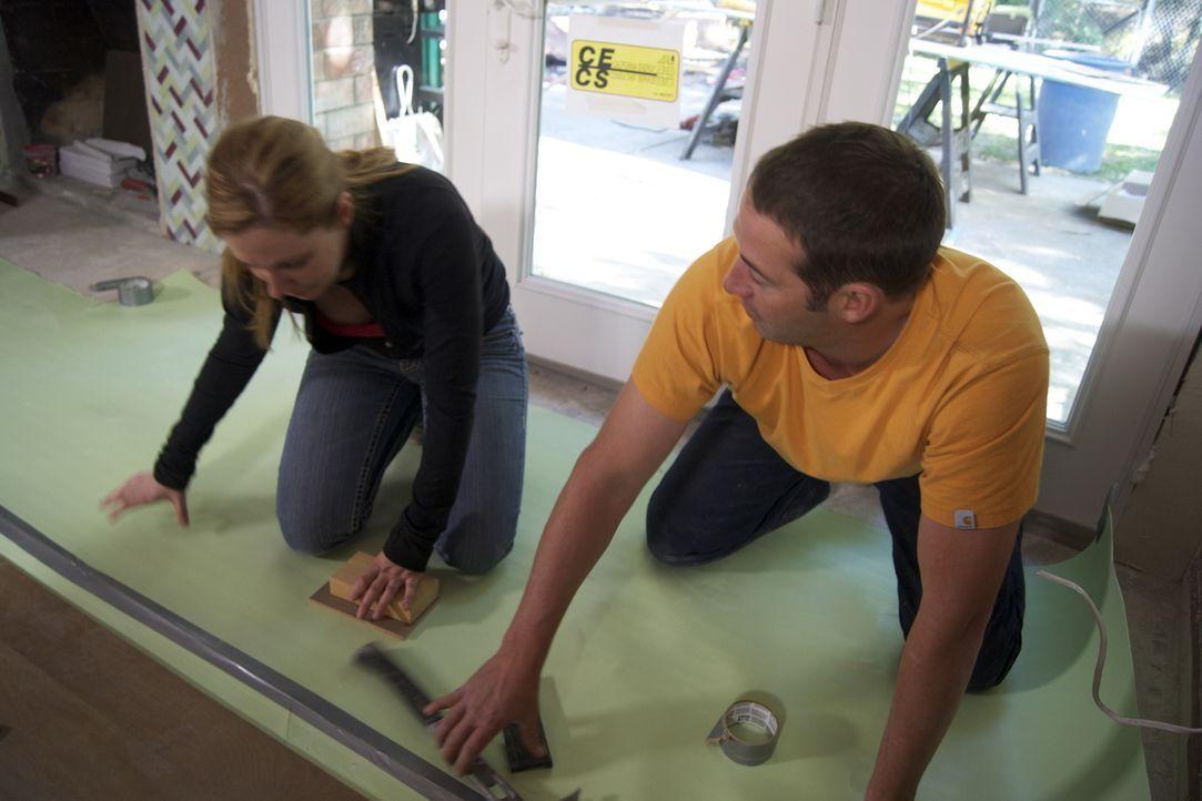Josh Temple (r.) möchte ein nicht sonderlich reizvolles Wohnzimmer umgestalten. Doch wird die Bewohnerin (l.) damit zufrieden sein? - Bildquelle: 2009, DIY Network/Scripps Networks, LLC