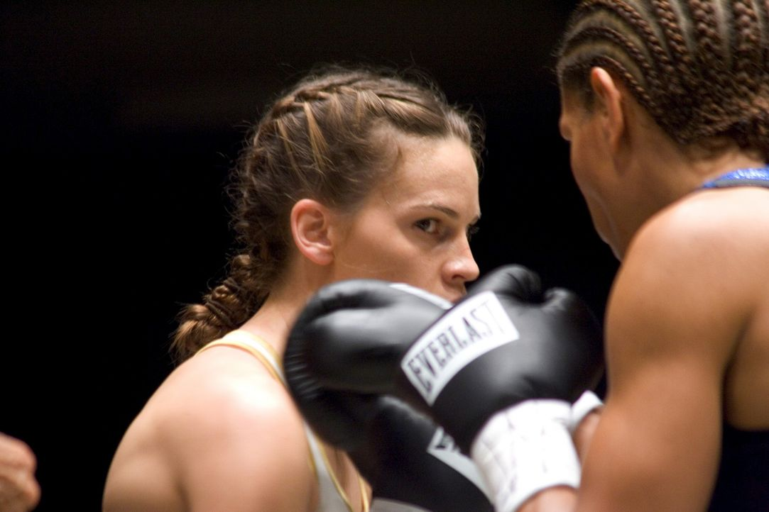 Bereits nach kurzer Zeit haut Maggie (Hilary Swank, l.) ihre Gegnerinnen in Serie aus dem Ring. Doch das Wettkampfglück dauert nicht ewig. Bald kämp... - Bildquelle: Epsilon Motion Pictures