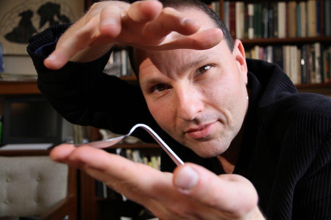 Daniel Browning Smith testet das Können von Guy Bavli, der angeblich Gegenst... - Bildquelle: 2013 A&E TELEVISION NETWORKS, LLC. ALL RIGHTS RESERVED.