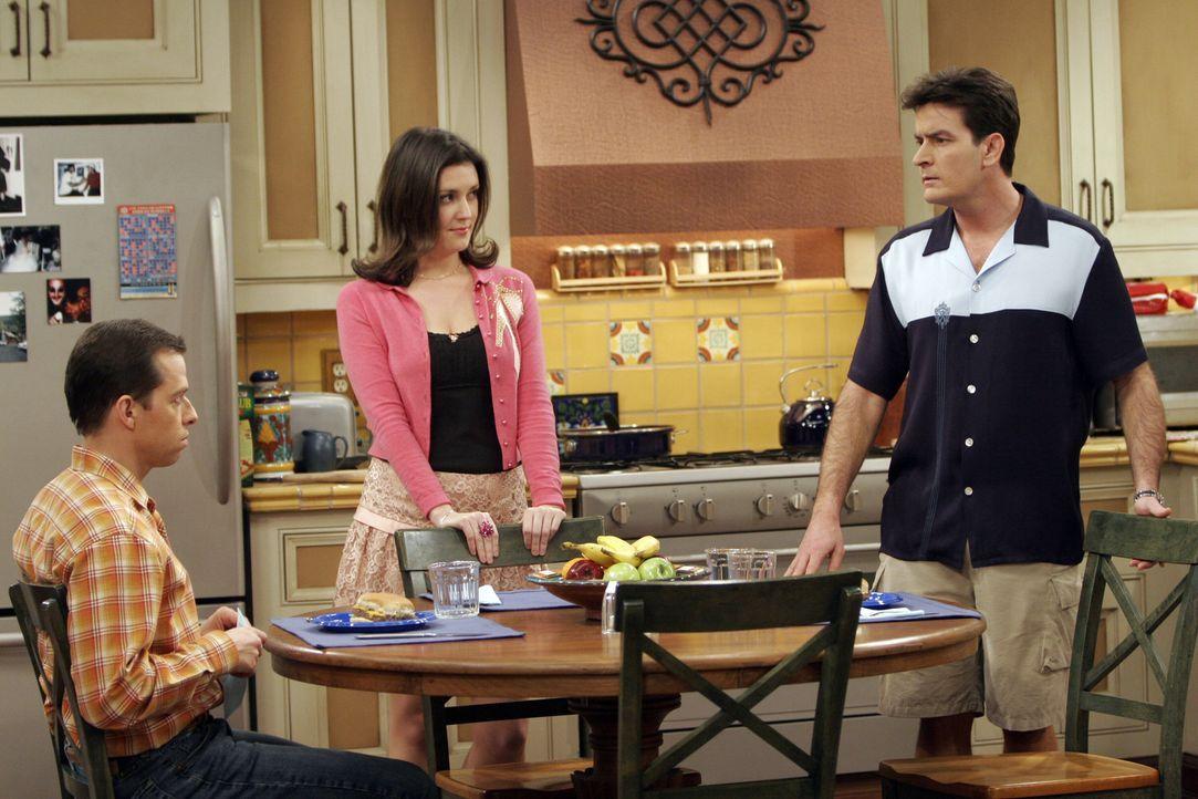 Rose (Melanie Lynskey, M.) versucht die beiden Streithähne Charlie (Charlie Sheen, r.) und Alan (Jon Cryer, l.) zu beruhigen ... - Bildquelle: Warner Bros. Television