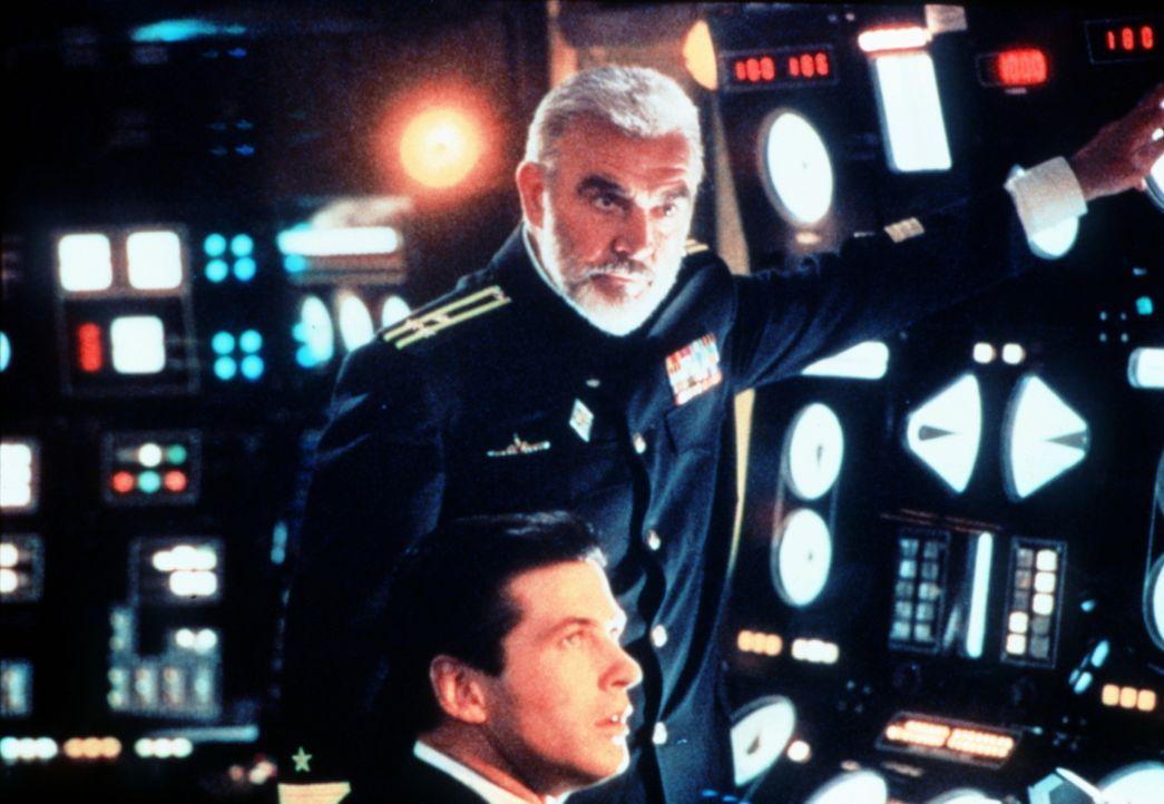 CIA-Mann Jack Ryan (Alec Baldwin, unten) ist felsenfest davon überzeugt, dass Ramius (Sean Connery, oben) überlaufen möchte - und das Atom-U-Boot al... - Bildquelle: Paramount Pictures