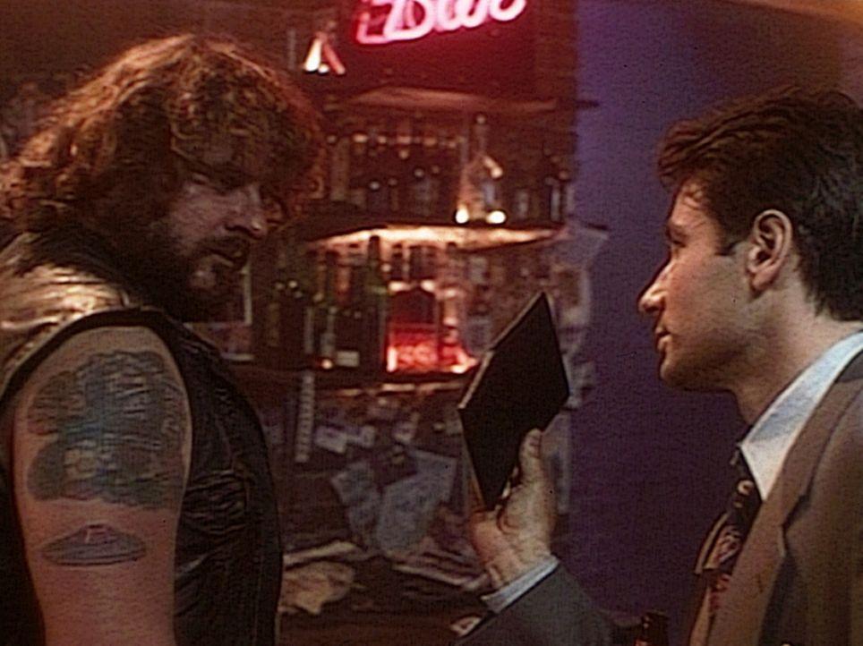 Der FBI-Agent Mulder (David Duchovny, r.) trifft bei seiner Suche nach einem entführten Mädchen auf einen Rocker (Don Gibb, l.), der nicht nur an di... - Bildquelle: TM +   Twentieth Century Fox Film Corporation. All Rights Reserved.