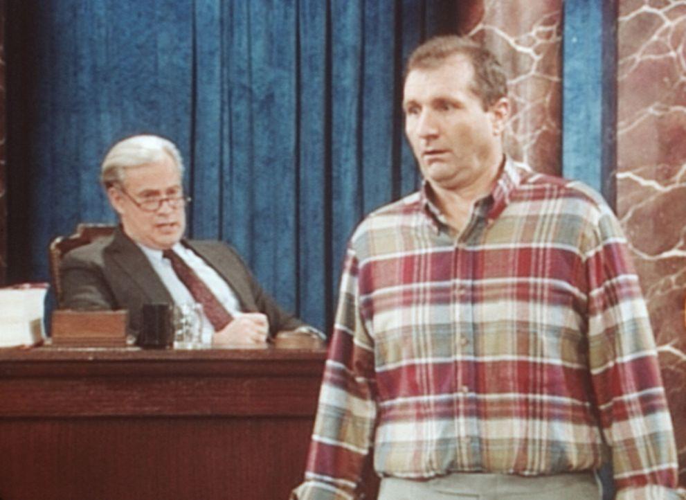 Al Bundy (Ed O'Neill, r.) versucht, Senator Furman (J. Patrick McCormack, l.) dazu zu bewegen, seine Lieblingsserie wieder anzusetzen. - Bildquelle: Sony Pictures Television International. All Rights Reserved.