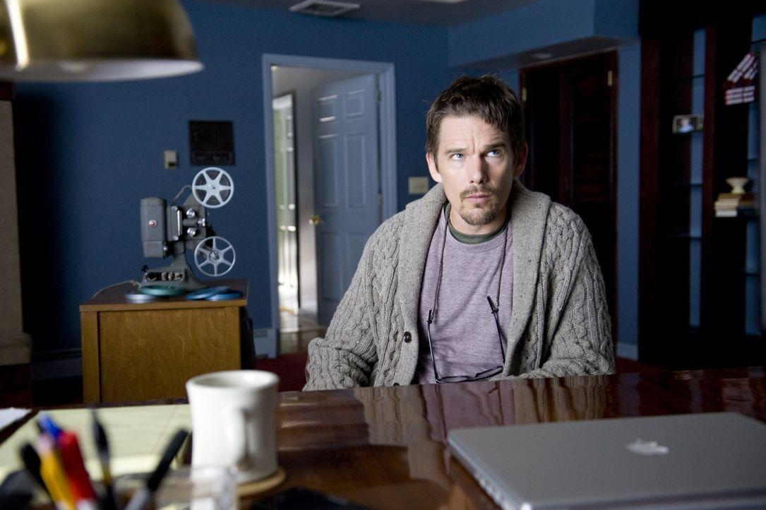 Ein einziges erfolgreiches Buch: Das war es auch schon in der Autorenkarriere von Ellison (Ethan Hawke). Der Umzug in ein neues Haus soll ihm jetzt... - Bildquelle: Phillip Caruso 2011 GAME CHANGE