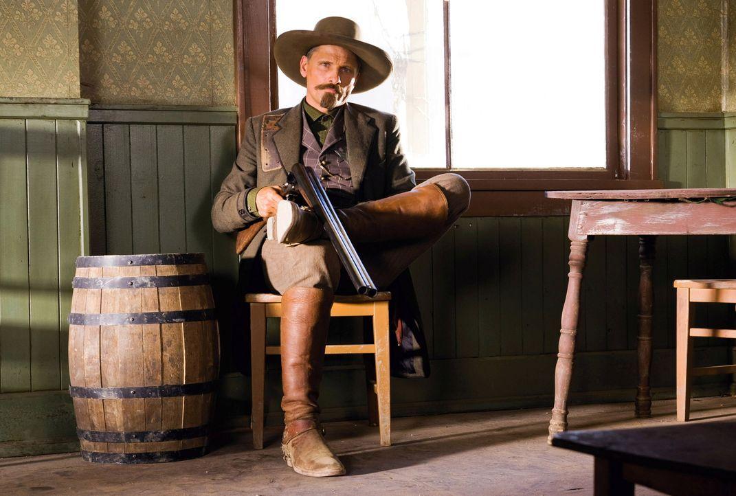 Everett Hitch (Viggo Mortensen) riskiert oft sein Leben - nicht nur wenn ihn Indianer angreifen, auch wenn er mit seinem Partner Virgil versucht Ger... - Bildquelle: Warner Bros.