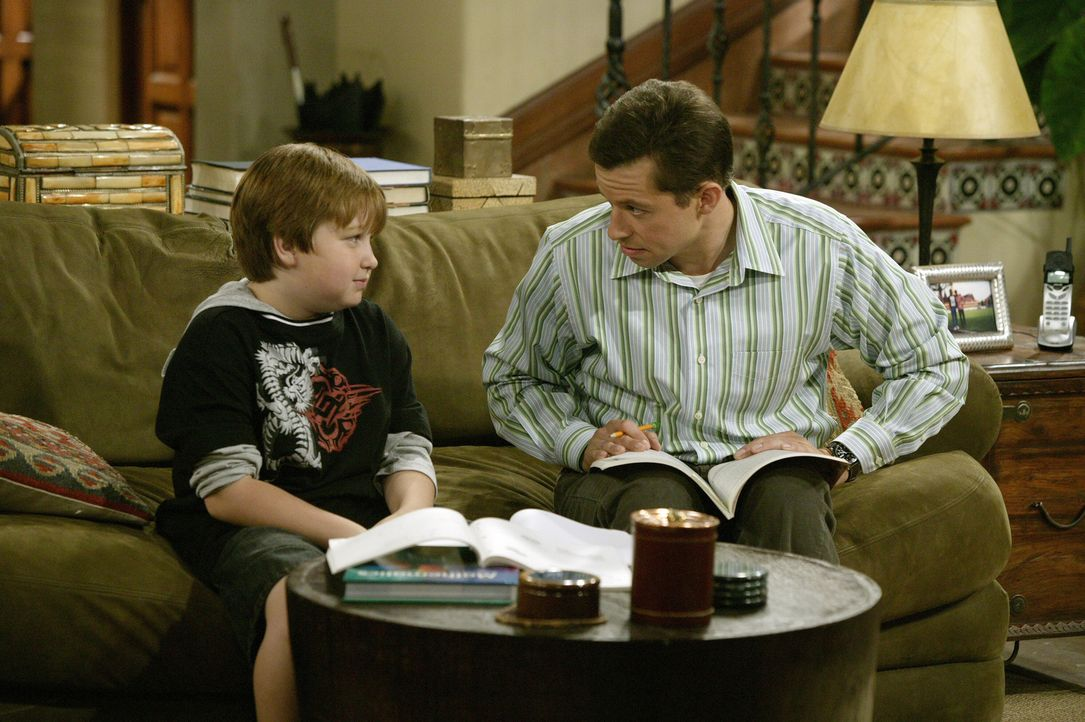 Während Alan (Jon Cryer, r.) seinem Sohn Jake (Angus T. Jones, l.) vermitteln möchte, dass es sinnvoll ist seine Hausaufgaben gleich Freitags zu erl... - Bildquelle: Warner Brothers Entertainment Inc.