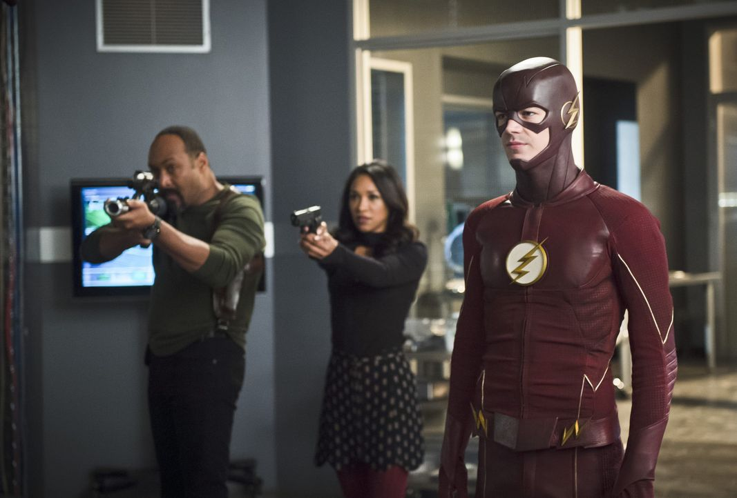 Wie weit wird Barry alias The Flash (Grant Gustin, r.) gehen, um ein Familienmitglied von Joe (Jesse L. Martin, l.) und Iris (Candice Patton, M.) zu... - Bildquelle: Warner Bros. Entertainment, Inc.