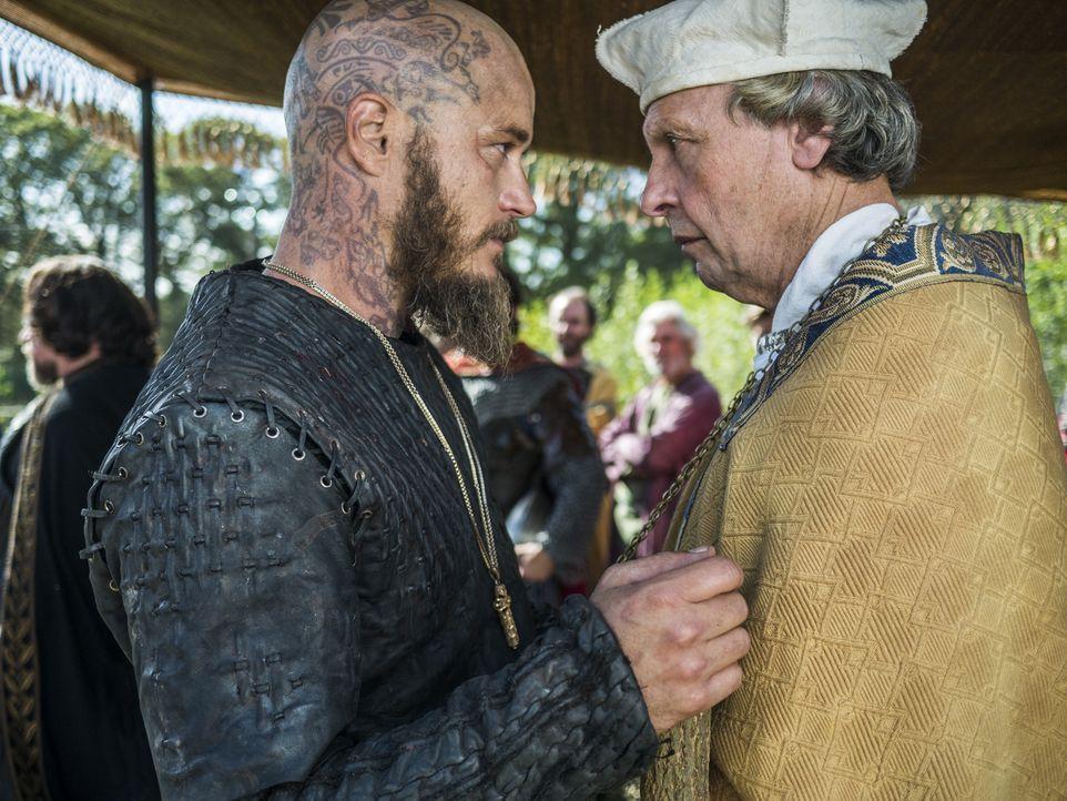 Kaiser Karl möchte mit Ragnar (Travis Fimmel, l.) über ein Ende der Belagerung verhandeln. Doch Ragnar möchte nicht nur Gold und Silber, sondern möc... - Bildquelle: 2015 TM PRODUCTIONS LIMITED / T5 VIKINGS III PRODUCTIONS INC. ALL RIGHTS RESERVED.