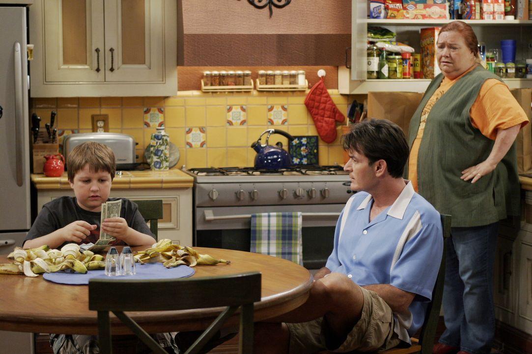Jake (Angus T. Jones, l.) hat sich in seine Schulfreundin Wendy Cho verliebt und braucht Geld für ein Geschenk. Doch als er mit Hilfe seines Onkels... - Bildquelle: Warner Brothers Entertainment Inc.