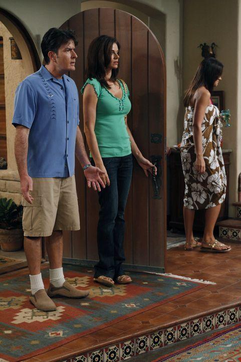 Können es nicht fassen, dass Alan ein Party im Haus schmeißt: Charlie (Charlie Sheen, l.) und Chelsea (Jennifer Taylor, r.) ... - Bildquelle: Warner Bros. Television