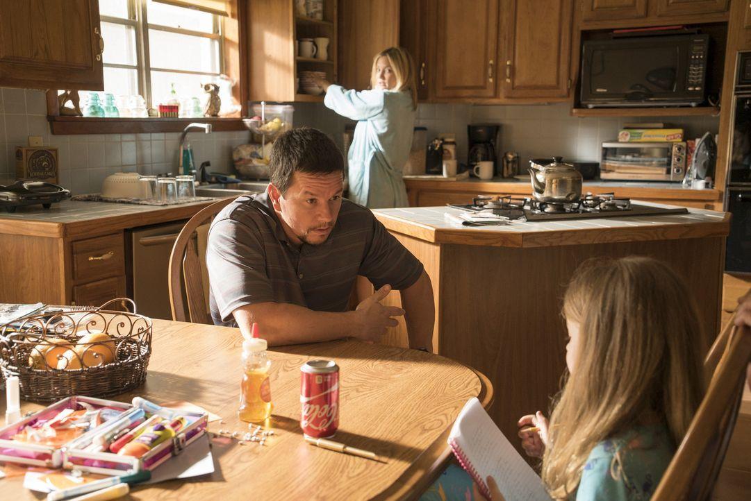 Felicia (Kate Hudson, M.) und Sydney (Stella Allen, r.) wissen, dass Mike (Mark Wahlberg, l.) als Chefelektriker der Deepwater Horizon Ölplattform k... - Bildquelle: Enrique Chediak Studiocanal