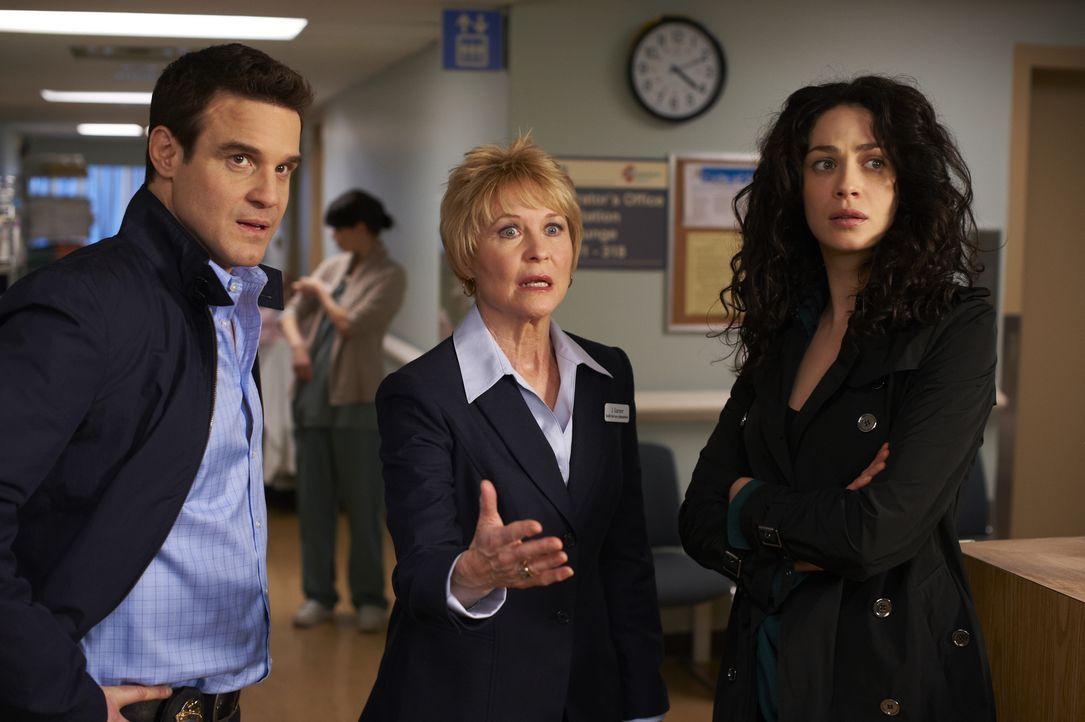 (v.l.n.r.)  Pete Lattimer (Eddie McClintock); Mrs. Garner (Dee Wallace); Myka Bering (Joanne Kelly) - Bildquelle: Ken Woroner 2012 Universal Network Television LLC. ALL RIGHTS RESERVED. / Ken Woroner