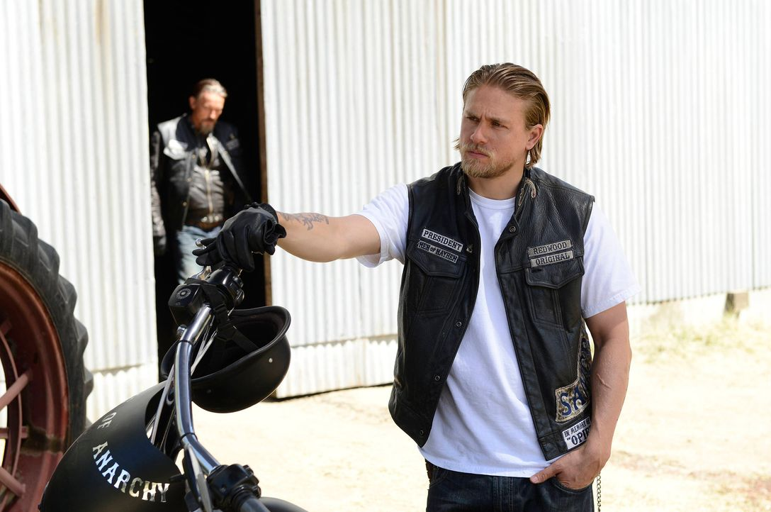 Weil Jax (Charlie Hunnam, M.) die Sons aus dem Waffengeschäft befreien möchte, zieht er sich aus dem Waffendeal zurück. Gaalan ist nicht besonders e... - Bildquelle: 2013 Twentieth Century Fox Film Corporation and Bluebush Productions, LLC. All rights reserved.