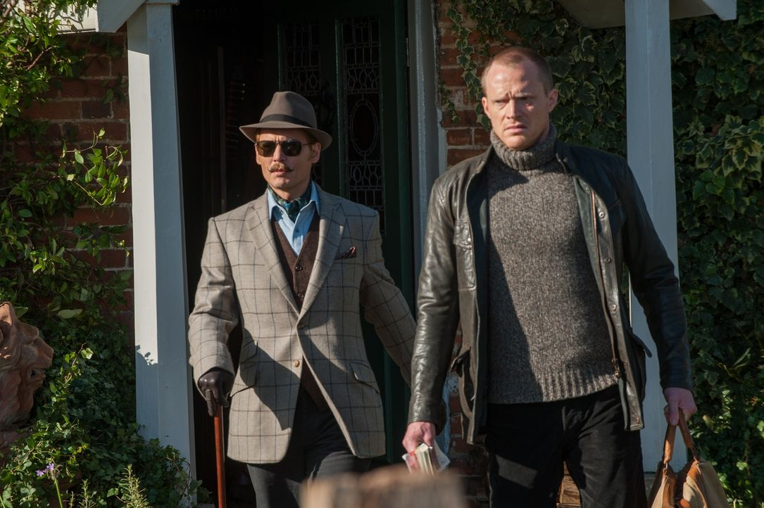 Lord Mortdecai (Johnny Depp, l.) und sein Diener Jock (Paul Bettany, r.) sind immer wieder in dubiose Geschäfte verwickelt, doch als Steuerschulden... - Bildquelle: 2014 LIONS GATE ENTERTAINMENT INC. ALL RIGHTS RESERVED.