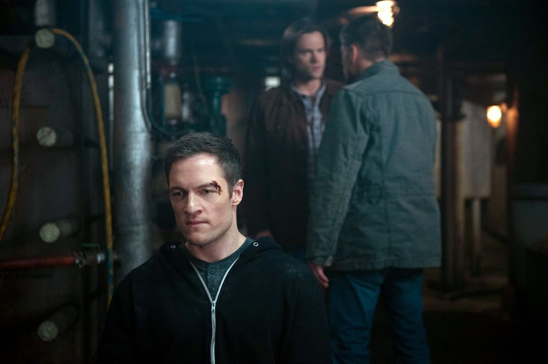 Können Sam (Jared Padalecki, M.) und Dean (Jensen Ackles, r.) wichtige Informationen aus Gadreel (Tahmoh Penikett, l.) herausbekommen? - Bildquelle: 2013 Warner Brothers