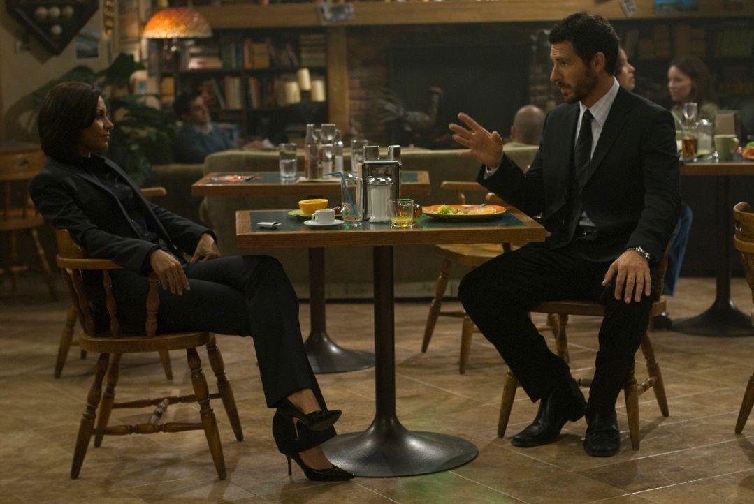 Thorne setzt Dr. Stark (Ed Quinn, r.) wieder als Leiter der Forschungsabteilung ein. Sie selber wird in nächster Zeit Global Dynamics leiten und ste... - Bildquelle: Universal Television