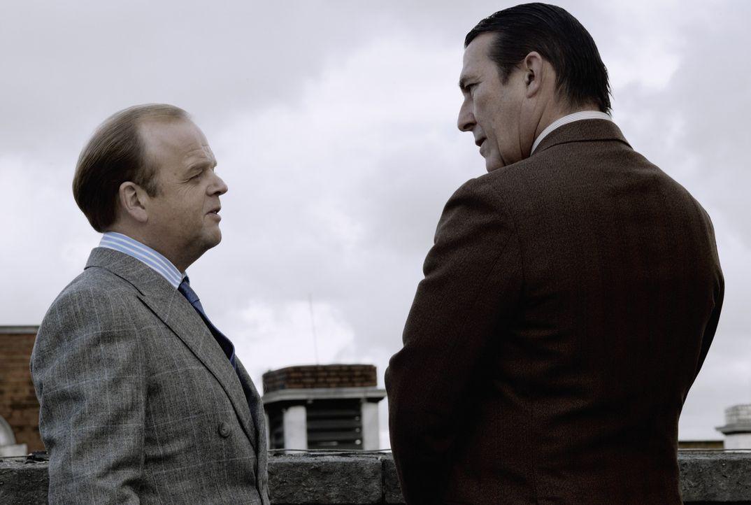 Schon lange plant Percy Alleline (Toby Jones, l.) mit seinem Getreuen Roy Bland (Ciarán Hinds, r.), die ganze Macht des britischen Geheimdienstes au... - Bildquelle: Studiocanal GmbH
