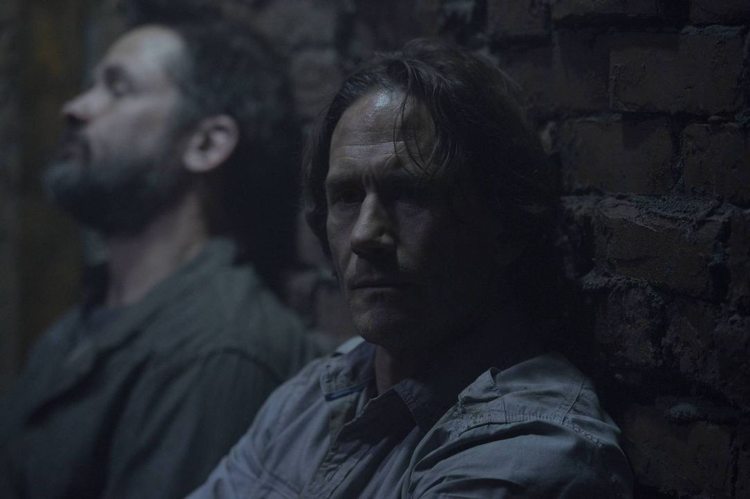 Nachdem Peter (Neil Napier) die wahre Identität seines Bruders offenbart hat, geraten beide in größte Gefahr ... - Bildquelle: Philippe Bosse 2014 Syfy Media, LLC