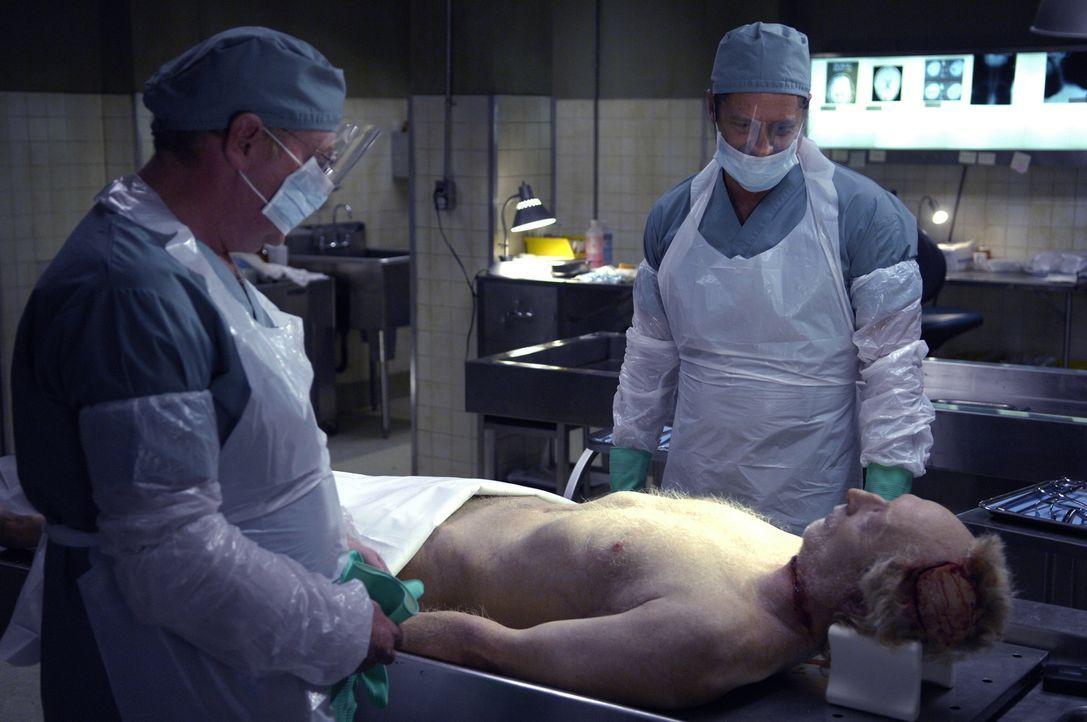 Jigsaw (Tobin Bell, liegend) ist tot. Seine Leiche liegt auf dem Seziertisch. Da finden die Pathologen in seinem Magen eine Mikrokassette. Als diese... - Bildquelle: 2007 Lionsgate, Twisted Pictures