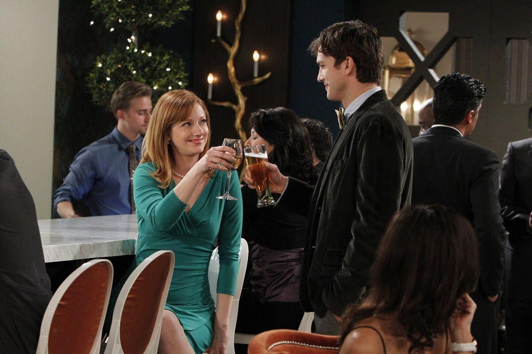 Walden (Ashton Kutcher, r.) trifft auf einer Single-Veranstaltung auf seine Ex-Frau Bridget (Judy Greer, l.). Beide wollen es noch einmal miteinande... - Bildquelle: Warner Bros. Television